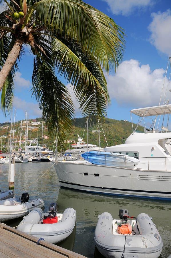 Voiliers et yacht accouplés image stock