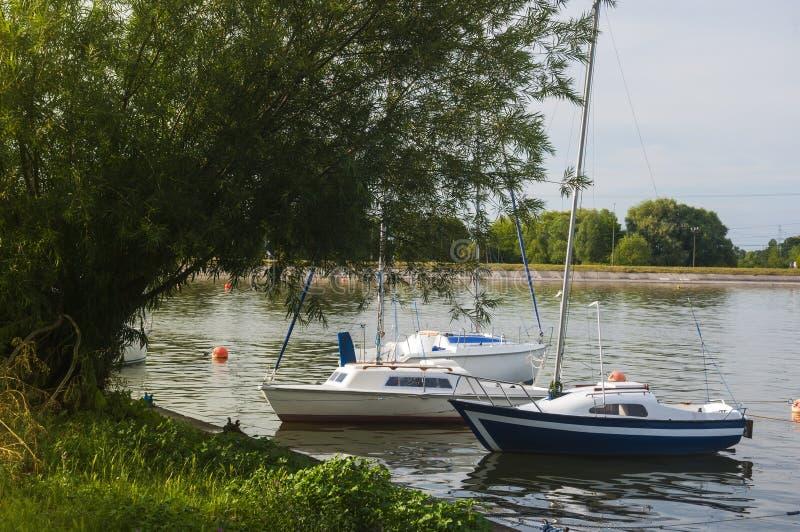 Voiliers flottant sur le lac au-dessus de la côte photos stock