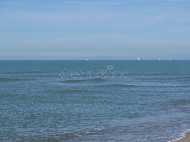 Voiliers naviguant l'eau de mer calme méditerranéenne sur l'horizon images stock