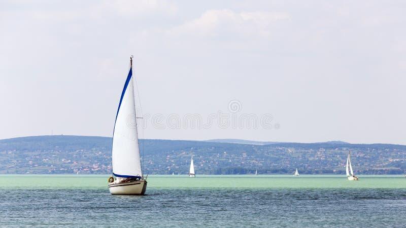 Voiliers sur le lac en Hongrie image stock
