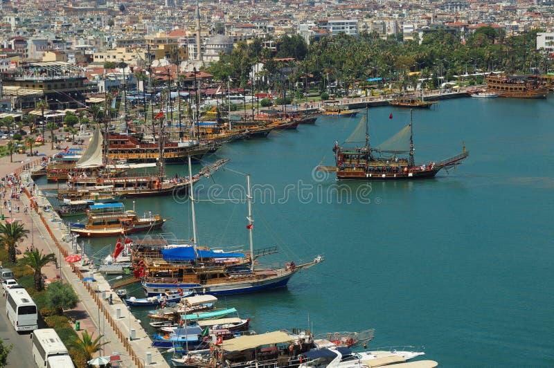 Voiliers touristiques plaçant à la mer Méditerranée dans le port antique de la ville d'Alanya Antalya, Turquie images stock