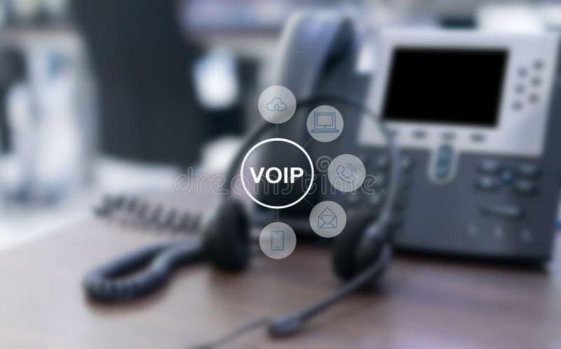 VOIP e concetto di telecomunicazione, telefono del IP che si collega all'altro dispositivo di VOIP illustrazione di stock
