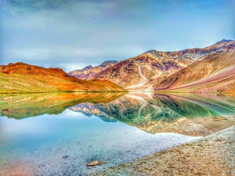 Voir la beauté de d de Chandratal le lac de lune photographie stock