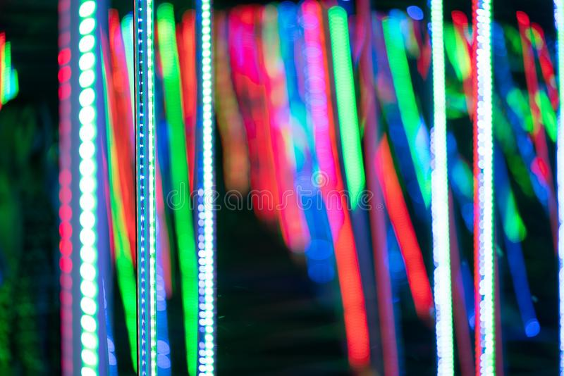 Voir le labyrinthe de miroir avec des diodes et appr?ciez une salle peu commune d'attraction dans la ville photos stock