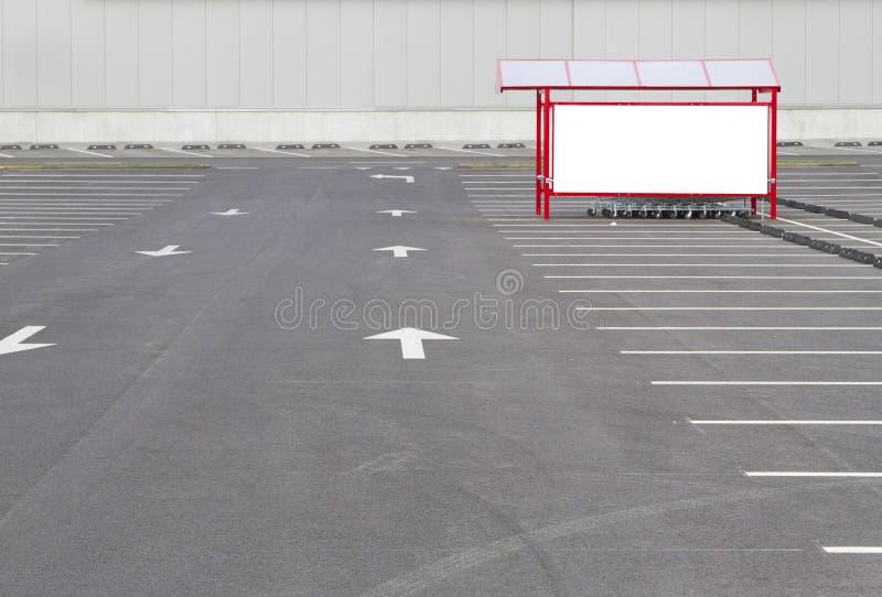 Voir les mes autres travaux dans le portfolio Baie de chariot à Shoping dans un parking près de supermarché images libres de droits