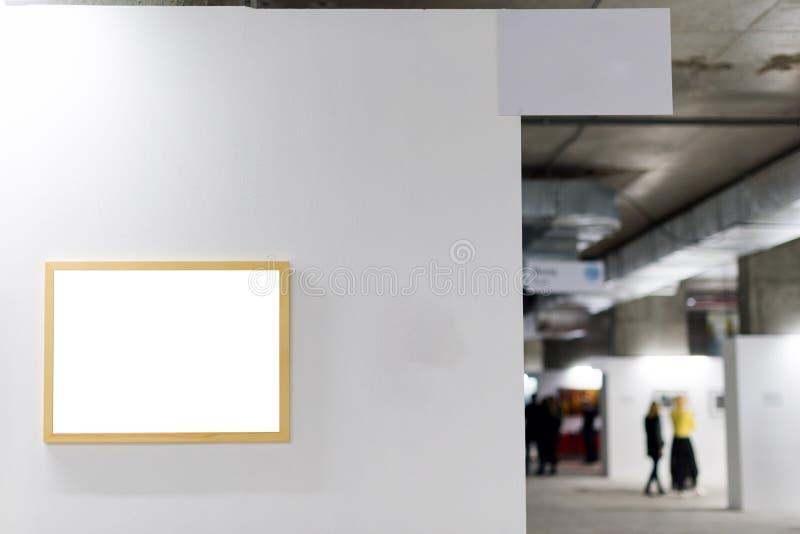 Voir les mes autres travaux dans le portfolio Cadre de tableau blanc sur le mur blanc Mur de galerie avec les cadres vides d'inté images stock
