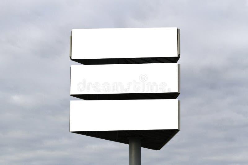 Voir les mes autres travaux dans le portfolio Panneau d'affichage vide dehors, publicité extérieure, panneau de l'information pub images stock