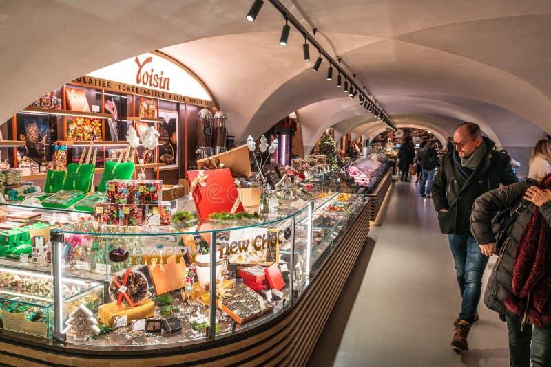 Voisin French chokladstall på Les Halles du Grand Hotel Dieu, en täckt marknad i Lyon France royaltyfri bild