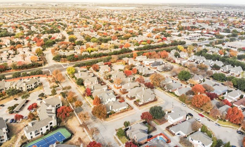 Voisinage de vue supérieure avec le court de tennis et coloré résidentiels photos stock
