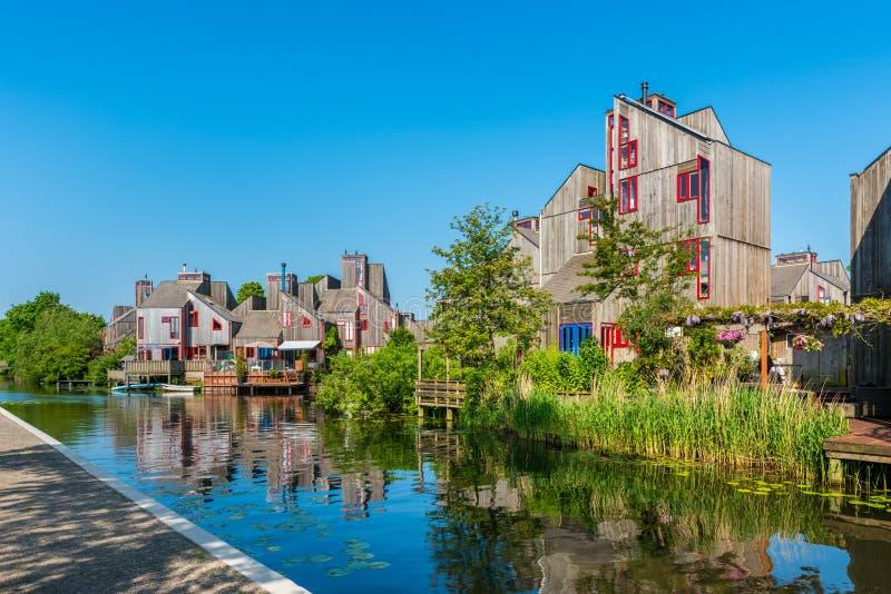Voisinage moderne avec les Chambres en bois à Alkmaar Pays-Bas photo libre de droits