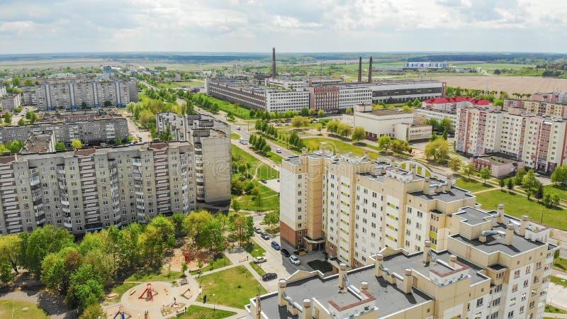 Voisinage r?sidentiel Sloboda Ville Lida belarus Mai 2019 Silhouette d'homme se recroquevillant d'affaires photographie stock libre de droits