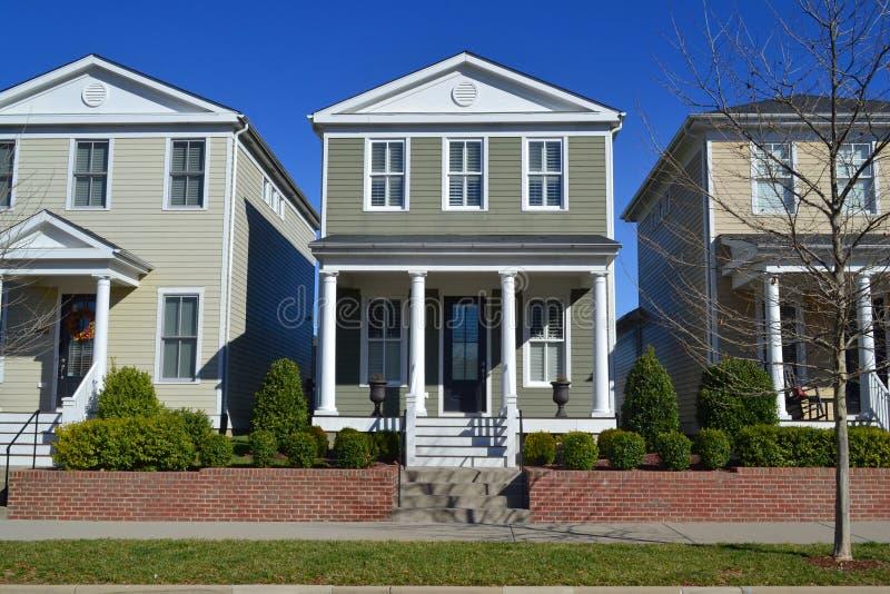 Voisinage suburbain tout neuf de maison de rêve américain de Capecod photos stock