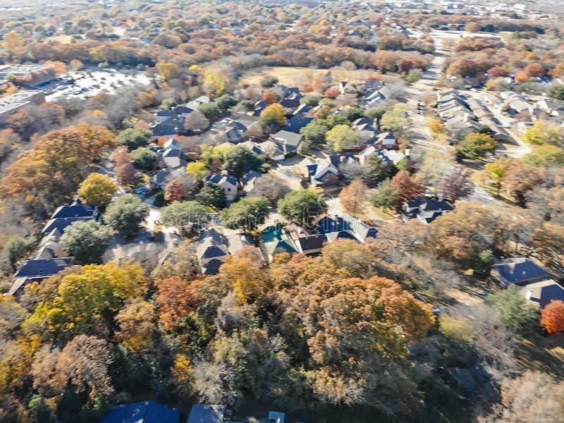 Voisinage trouble de subdivision de fond et feuillage d'automne coloré dans Flower Mound photos stock