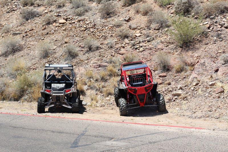 Voiture à quatre roues 4x4 dans le désert photo stock