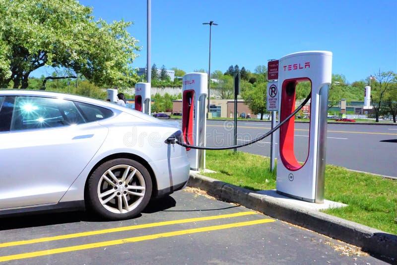 Voiture électrique à la station de charge de Tesla photo stock
