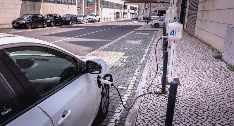 Voiture électrique responsable dans un stationnement réservé de Libon, Portugal image stock