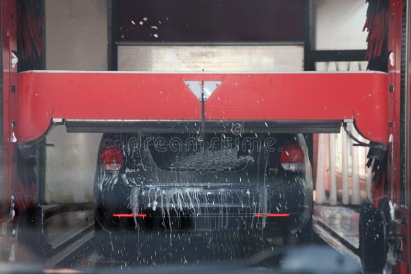 Voiture étant lavée dans une station de lavage automatisée image libre de droits