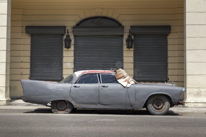 Voiture abandonnée à vieille La Havane, Cuba image stock