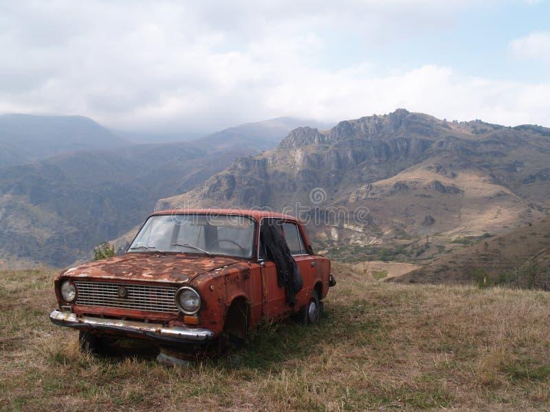 Voiture abandonnée dans Alaverdi, Arménie photos libres de droits