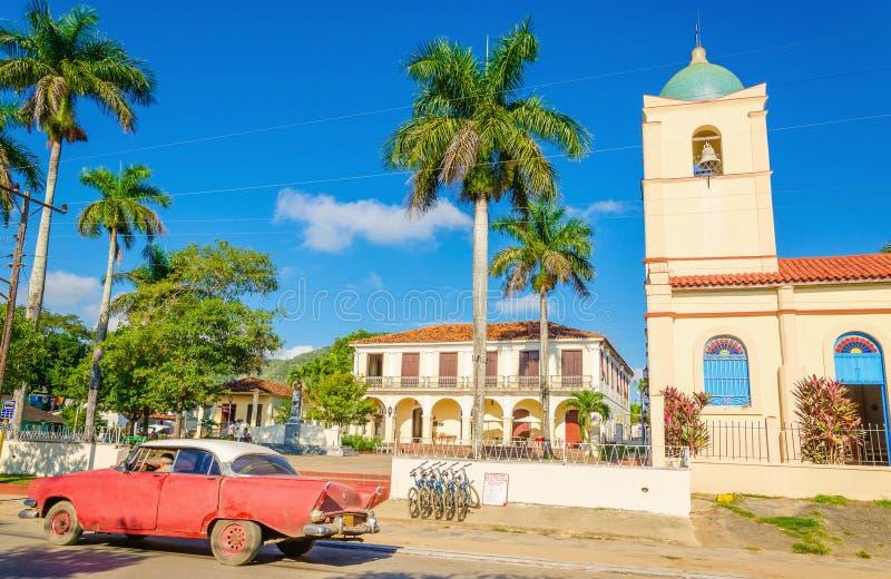 Voiture américaine classique pourpre dans Vinales, Cuba images stock