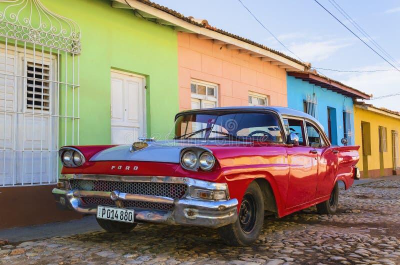 Voiture américaine classique rouge et bâtiments coloniaux colorés du Trinidad images libres de droits