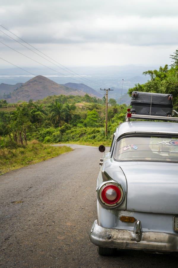 Voiture américaine de vieux cru sur une route en dehors du Trinidad image stock