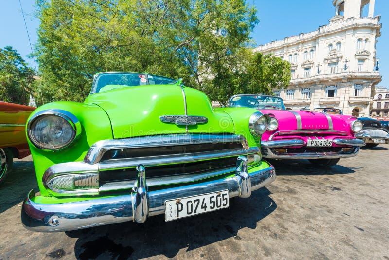 Voiture américaine de vintage coloré à La Havane photo stock
