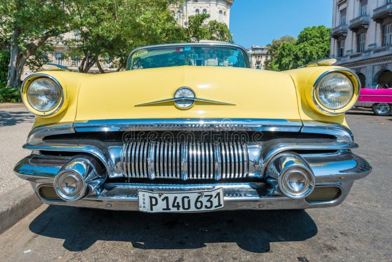 Voiture américaine de vintage coloré à La Havane image stock