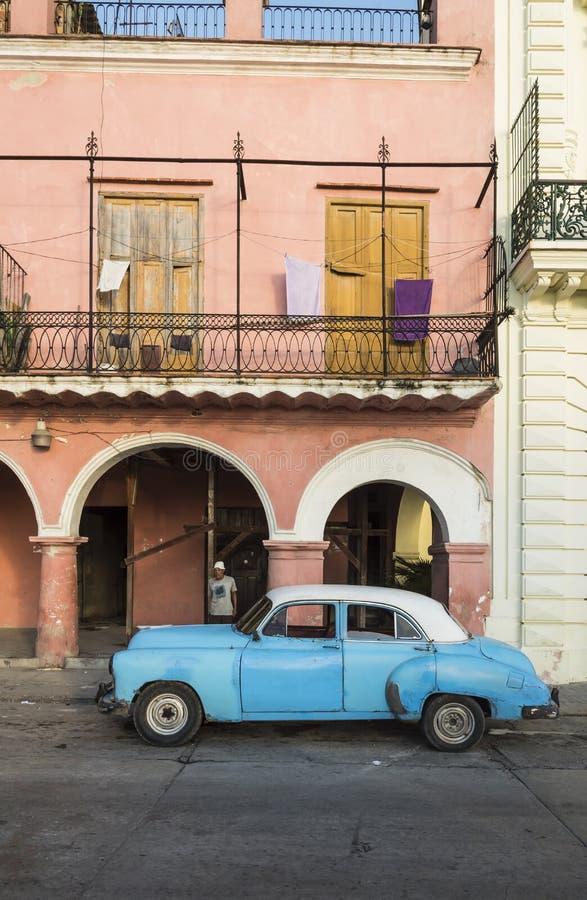 Voiture américaine La Havane de vintage bleu et blanc image stock