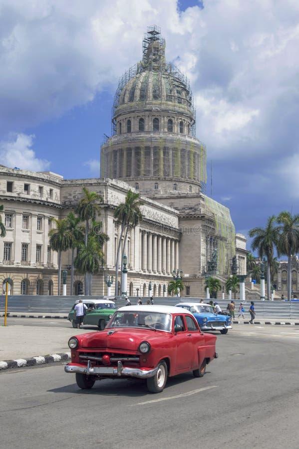Voiture américaine rouge devant Capitolio, La Havane, CubaCuba image libre de droits