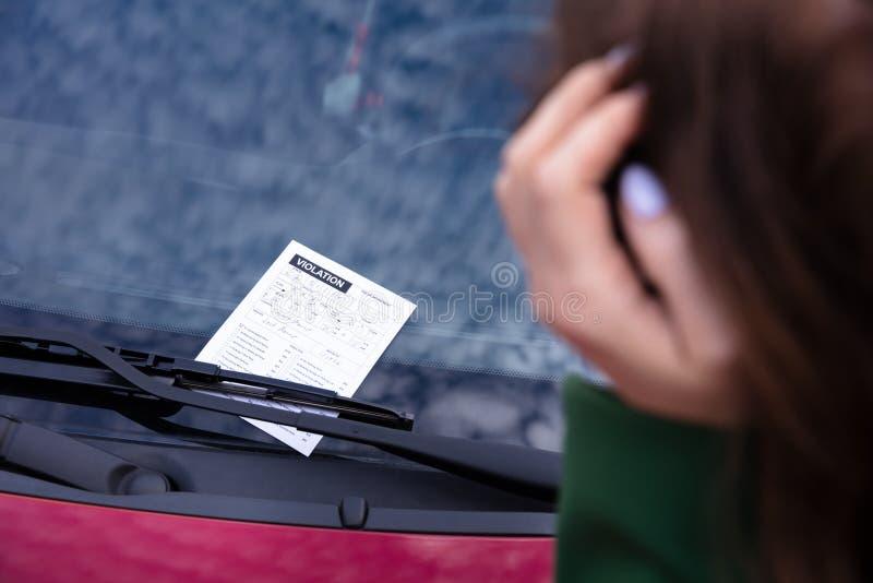 Voiture avec l'amende de billet pour la violation de stationnement image stock