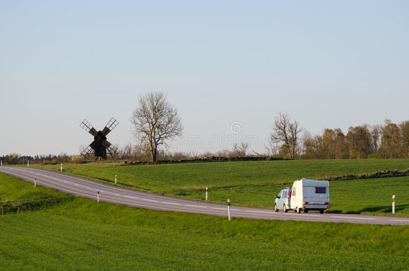 Voiture avec la caravane dans un paysage vert image libre de droits