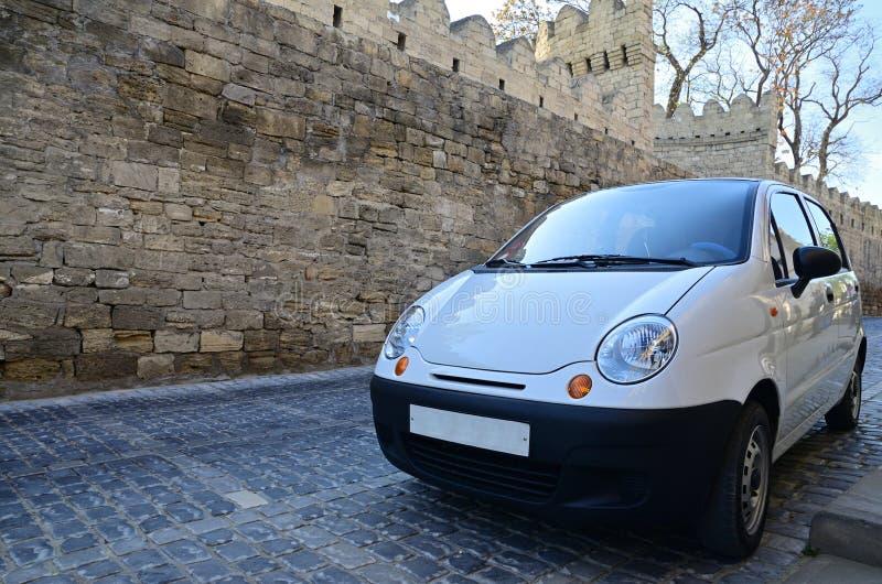 Voiture blanche de petite voiture sur la rue de Bakou photo stock