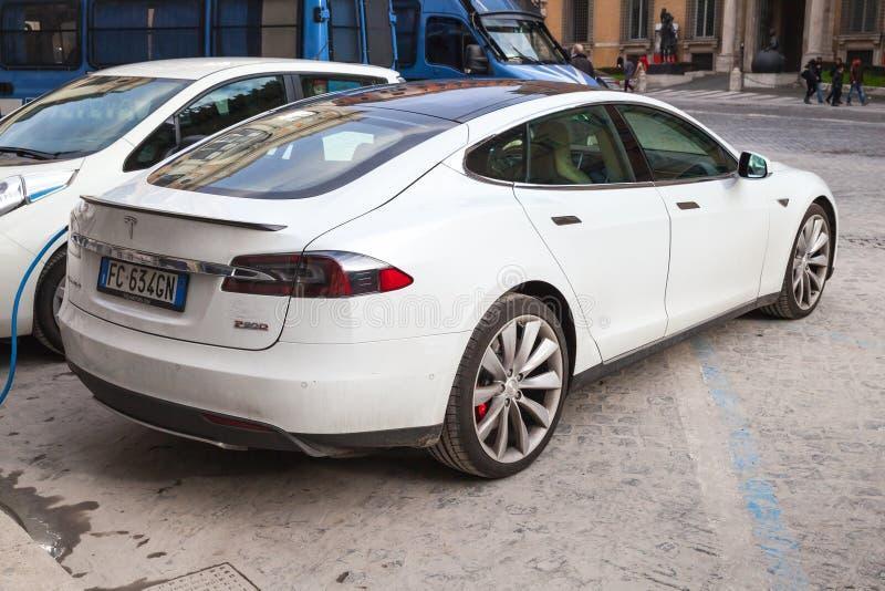 Voiture blanche du modèle S de Tesla sur le bord de la route dans la ville images stock