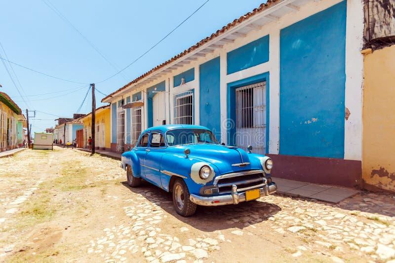Voiture bleue de vintage près des Chambres dans la vieille ville, Trinidad photographie stock libre de droits