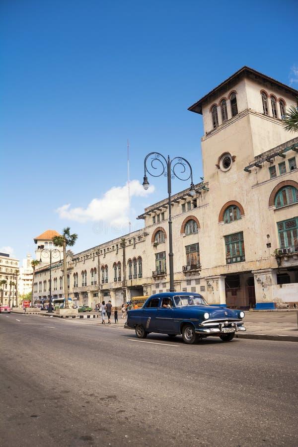 Voiture bleue, vieille et classique dans la route de vieille Havana Cuba image stock