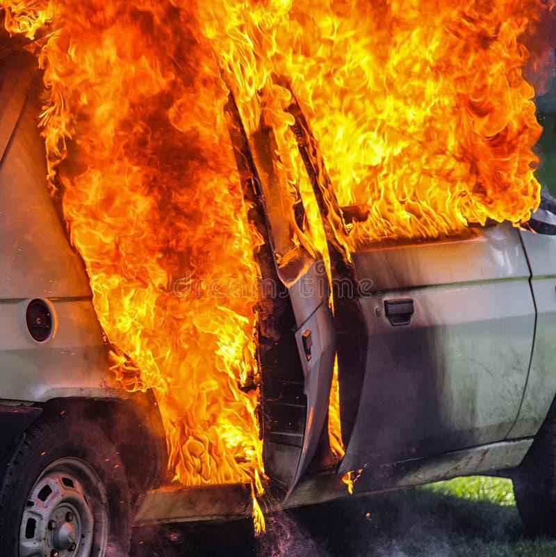 Voiture brûlante après accident photo stock