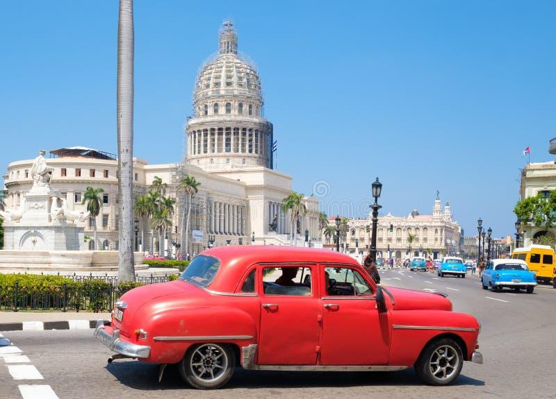 Voiture classique à côté du bâtiment de capitol à vieille La Havane photo stock