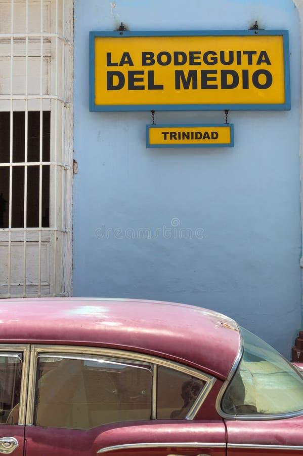 Voiture classique américaine devant Bodeguita del Medio au Trinidad, Cuba images libres de droits