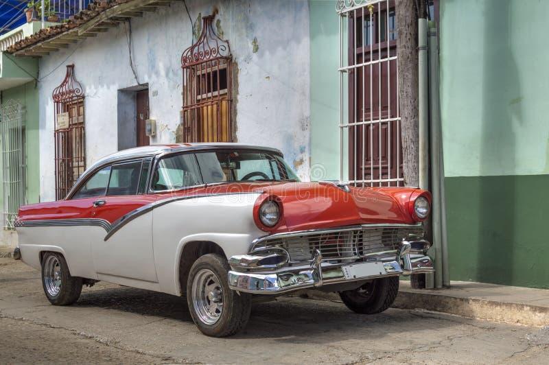 Voiture classique américaine devant une maison coloniale au Trinidad, Cuba photo libre de droits