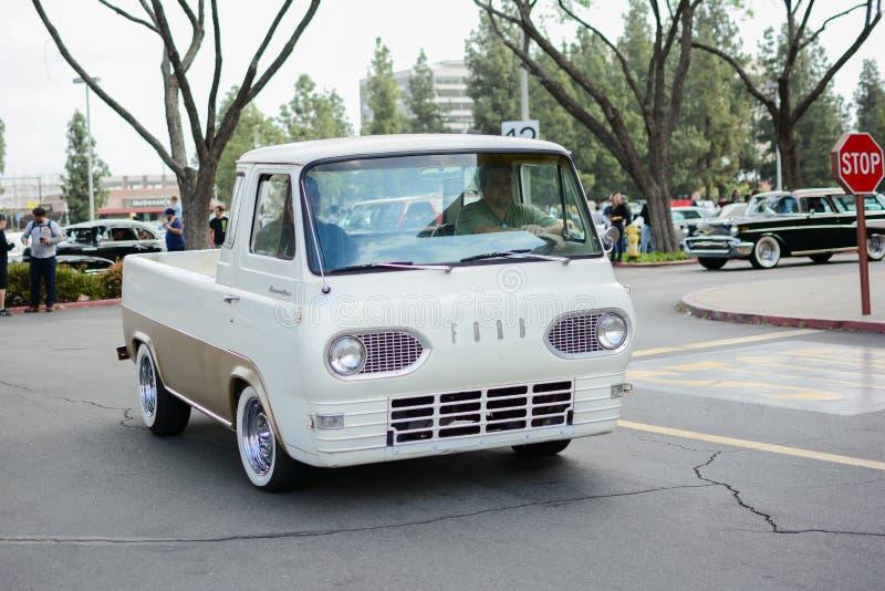 Voiture classique de Ford Econoline Pickup sur l'affichage photographie stock