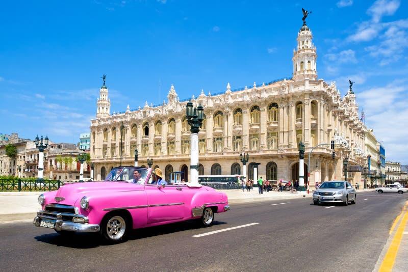 Voiture classique de vintage à côté du beau grand théâtre de Havan photos libres de droits