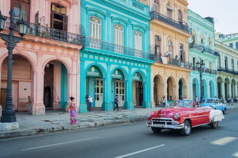 Voiture classique de vintage et bâtiments coloniaux colorés dans la rue principale de vieille La Havane photographie stock libre de droits