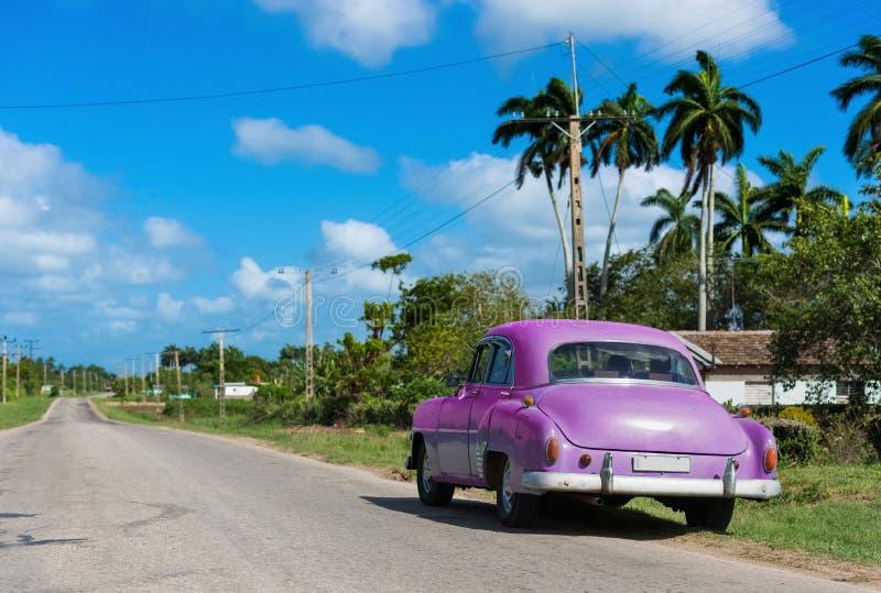 Voiture classique verte américaine garée de Chevrolet à la petite rue sur la route à Havana Cuba - le reportage de Serie Cuba images libres de droits
