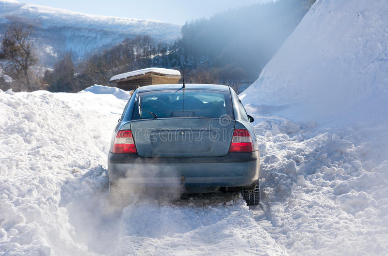 Voiture coincée dans la neige tout en conduisant images libres de droits