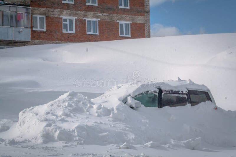 Voiture coincée dans le snowbank lourd images stock