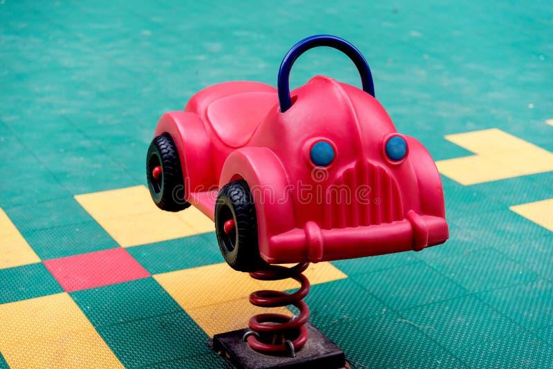 Voiture colorée de jouet sur le terrain de jeu photos stock