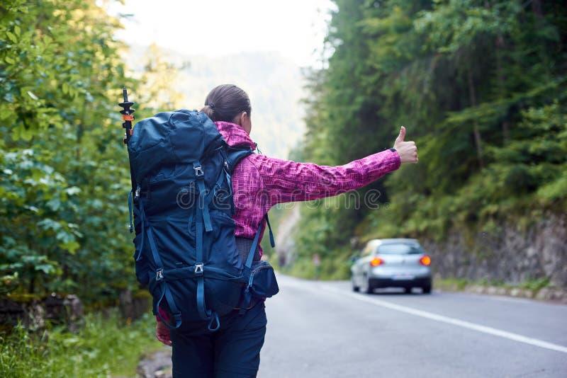 Voiture contagieuse de femme de voyageur sur la route en gorge de Bicaz, Roumanie image stock