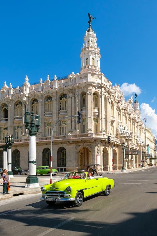 Voiture convertible classique à côté du grand théâtre de La Havane image stock