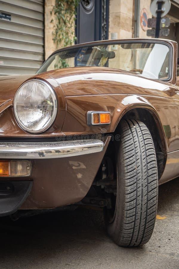 Voiture convertible de brun de cru vieille image stock